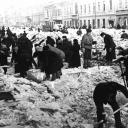 Жители города расчищают снег на Невском проспекте <br />© Григорий Чертов/Фотохроника ТАСС