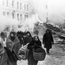 Оборона Ленинграда стала частью Ленинградской битвы, которая была самой продолжительной в Великой Отечественной войне и включала более 20 крупных боевых операций. <br /><br />Каждый четвертый не выжил <br /><br />8 сентября 1941 года город оказался отрезанным от остальной территории СССР. Началась блокада, длившаяся 871 день. Постепенно в Ленинграде иссякли запасы топлива, воды, прекратилась подача света и тепла. С осени 1941 года начался голод. Была введена карточная система снабжения горожан продовольствием. Нормы выдачи хлеба для рабочих опускались до 250 г в день, а для остального населения - до 125 г. <br /><br />Город подвергался постоянным бомбежкам. За время блокады вражеские самолеты сбросили на Ленинград более 107 тыс. авиационных бомб и свыше 150 тыс. артиллерийских снарядов. Были разрушены около 10 тыс. домов и строений. В то же время в городе продолжали работать свыше 200 предприятий, в том числе 7 судостроительных заводов, выпустивших 13 подводных лодок. Промышленность осажденного Ленинграда производила 150 образцов военной продукции. За время блокады ленинградские предприятия произвели около 10 млн снарядов и мин, 12 тыс. минометов, 1,5 тыс. самолетов, было изготовлено и отремонтировано 2 тыс. танков.