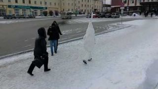В центре Первоуральска женщина атаковала гигантский сперматозоид!